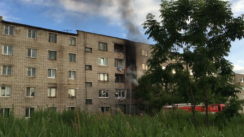 повреждение : Large fire in a residential house high