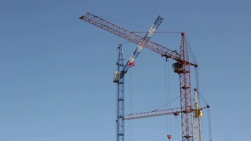 şantiye : Tower construction cranes against the sky Stok Video