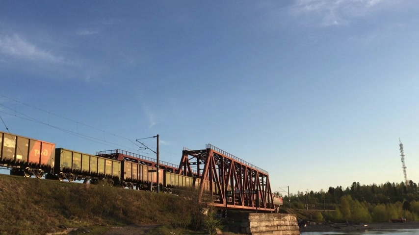 distribution lectrique : Freight train rides on rails against the blue sky. Stock Footage