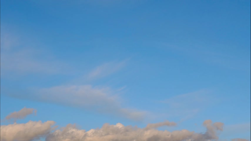 световой люк : Time lapse Fluffy clouds float across the blue sky. UltraHD stock footage.
