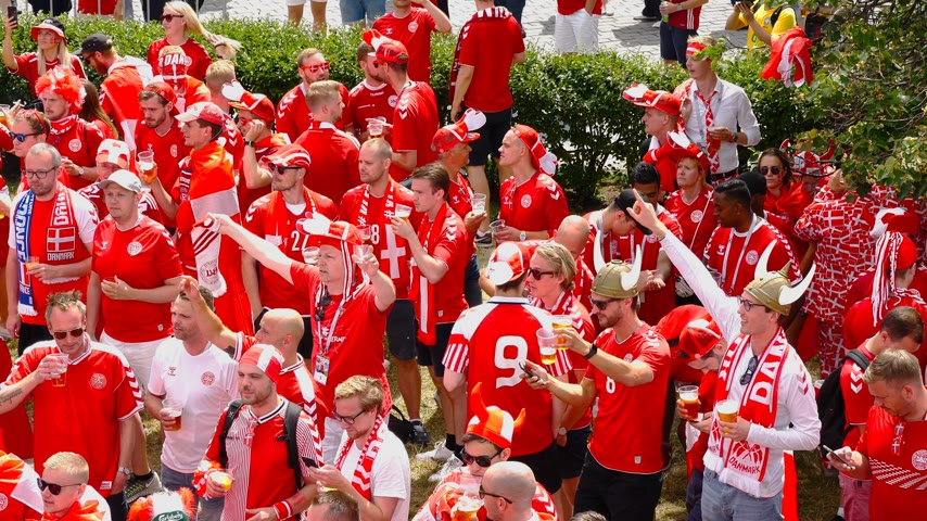dinamarca : MOSCOW - JUNE 20, 2018: Soccer World Cup Fanatics of Denmark with flags with their typical costumes in the streets June 20, 2018 in Moscow, Russia