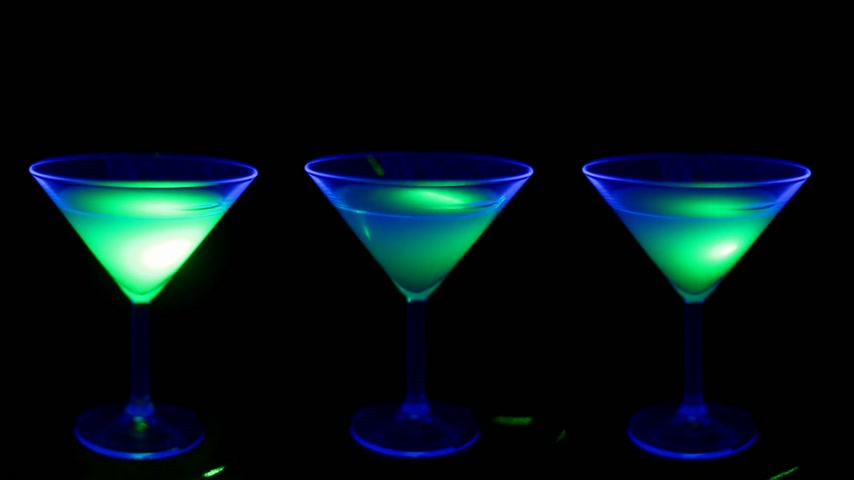bebida alcoólica : Cocktail in a club with UV light Stock Footage