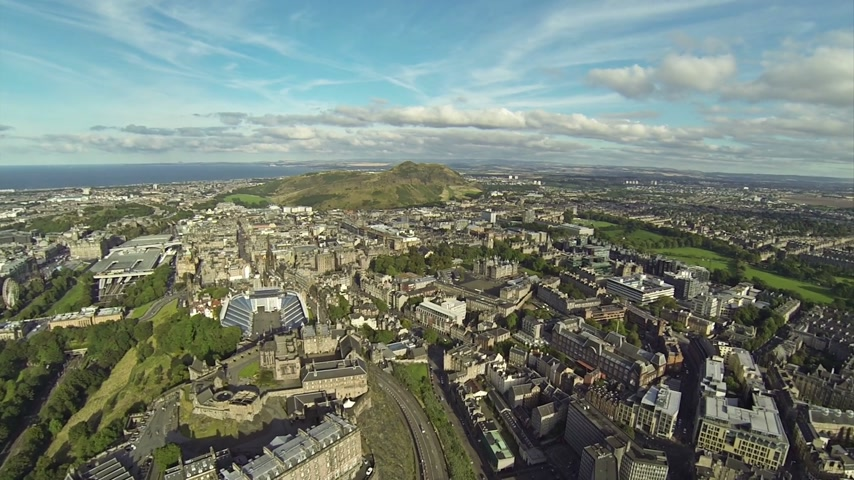 reino unido : Two scenes of camera flying over Edinbutgh near the castle.