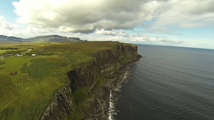 İngilizler : Camera flying over cliffs on the Isle of Skye in Scotland. Stok Video