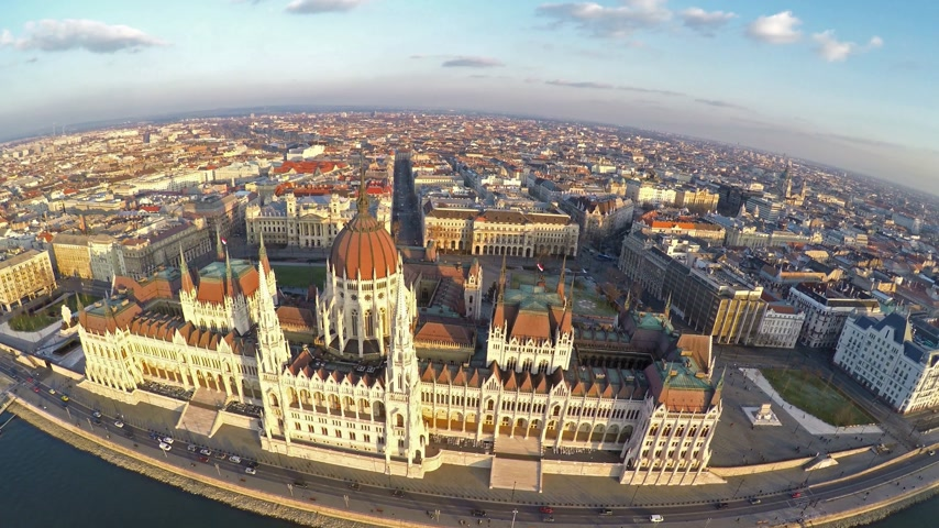 budapeste : Camera flying above Hungarian parliament in Budapest