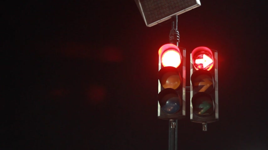 police sign : Traffic light from red change into green in night steady street fotage