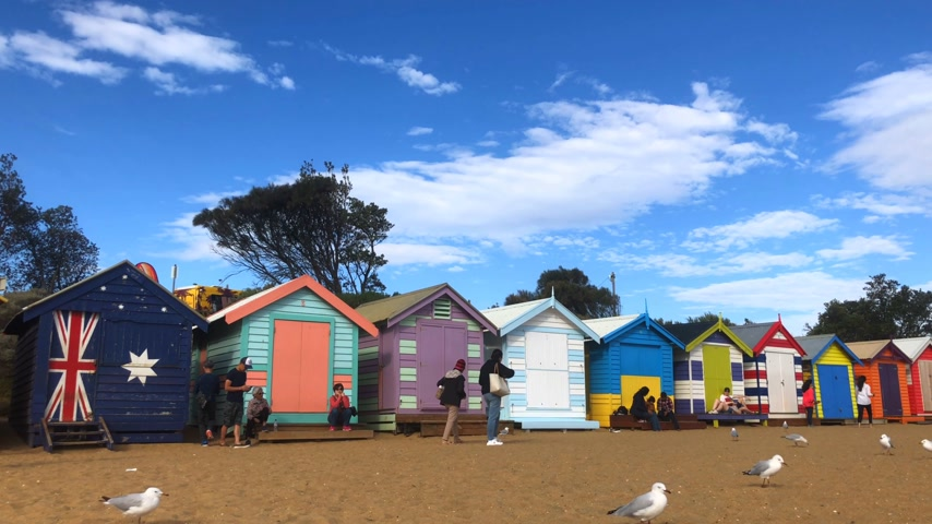 icônico : MELBOURNE, AUSTRALIA - MARCH 16, 2018 : A colourful bathing boxes at Brighton Beach. The famous Melbourne iconic place for tourist.