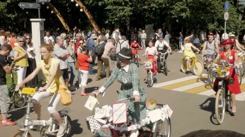 participante : MOSCOW - AUGUST 6, 2017: Beautiful female participants of annual female bicycle parade Lady on Bike in Sokolniki park Vídeos