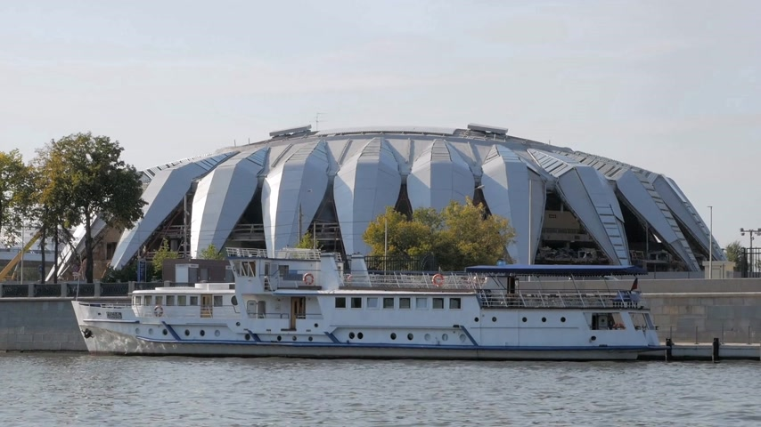 sierpien : MOSCOW - AUGUST 17, 2018: Tourist ship moored on Moskva river embankment near Druzhba Multipurpose Arena, part of the Luzhniki Sports Complex in Moscow, Russia Wideo