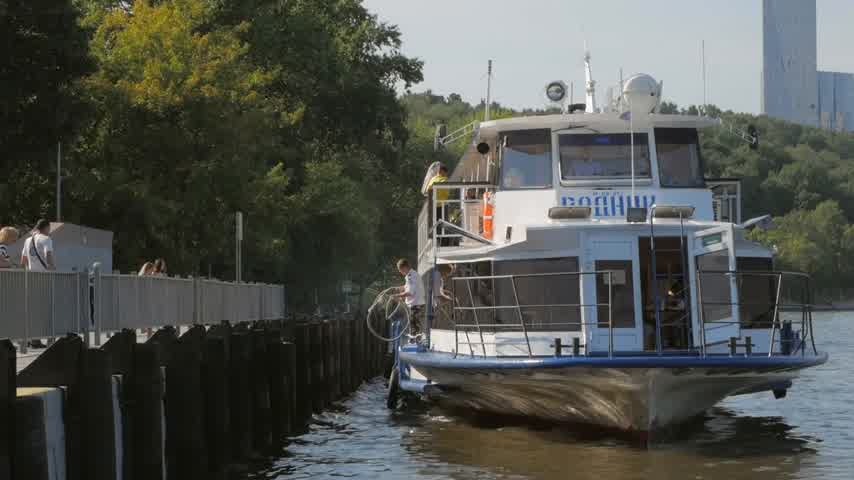 redazione : MOSCOW - AUGUST 17, 2018: Boatman on tourist ship throwing mooring line on bollard to secure to pier