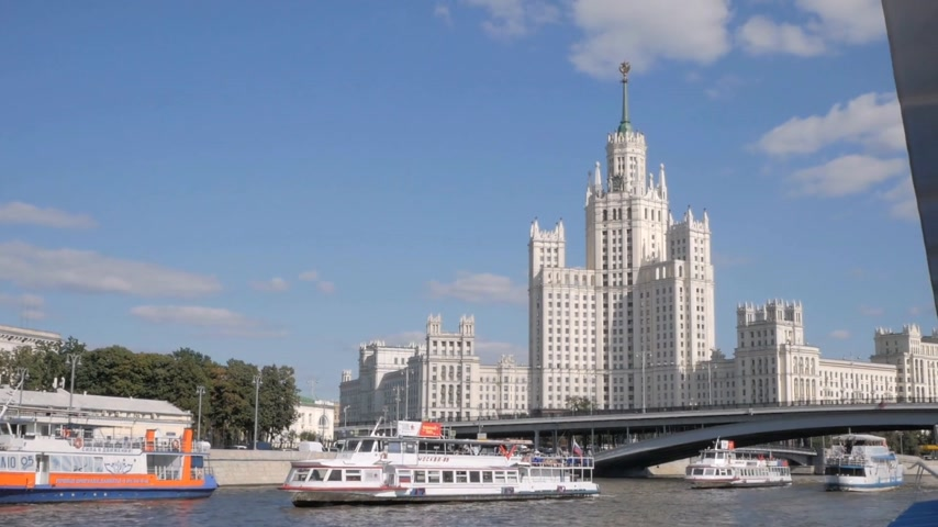 látnivalók : MOSCOW - AUGUST 17, 2018: Kotelnicheskaya Embankment Building, Soviet architecture of Stalin period. One of Seven Sisters skyscrapers. Summer navigation in Moscow, Russia