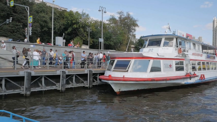 sierpien : MOSCOW - AUGUST 17, 2018: People preparing to take boat trip along Moskva river on board a tourist ship during summer navigation in Moscow, Russia Wideo