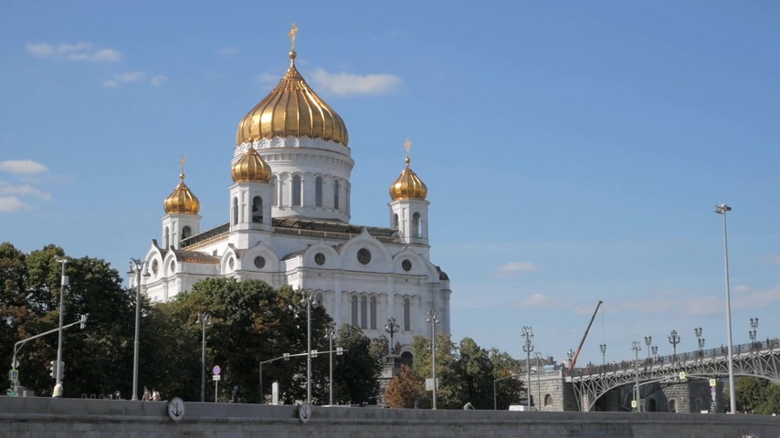 キューポラ : Monumental white Christ the Saviour Cathedral with golden domes on embankment of Moskva river in Russia