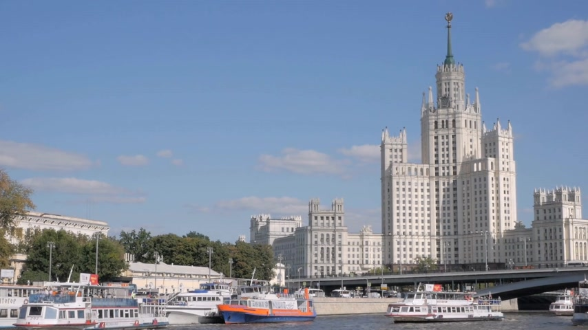 monumentális : MOSCOW - AUGUST 17, 2018: Kotelnicheskaya Embankment Building, brilliant example of Soviet architecture of Stalin period. One of Seven Sisters skyscrapers in Moscow, Russia