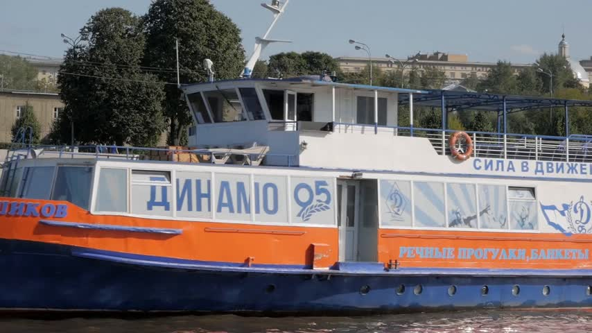 dedicado : MOSCOW - AUGUST 17, 2018: Summer navigation in Moscow, Russia. Close up of tourist boat dedicated to 95 year anniversary of Dinamo sports club.