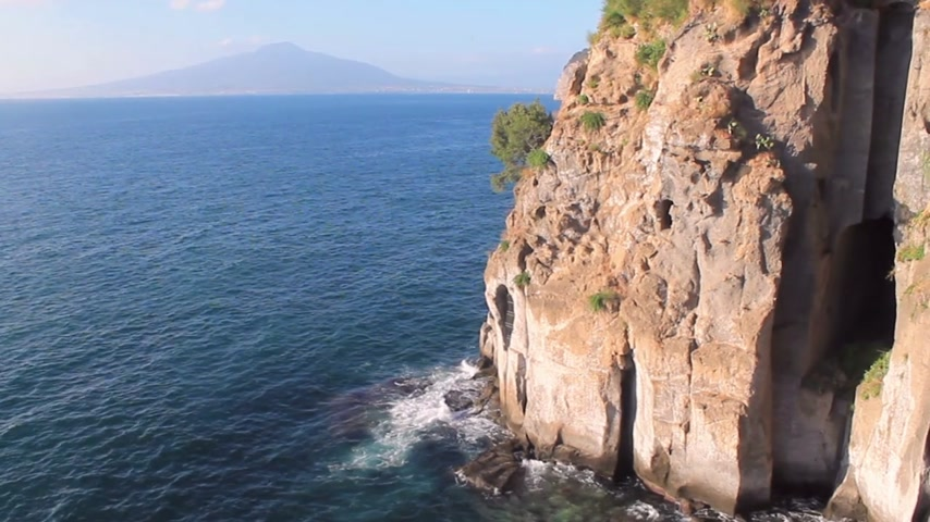 neapol : ITALY, Mediterranean Sea, Mount Vesuvius on the horizon
