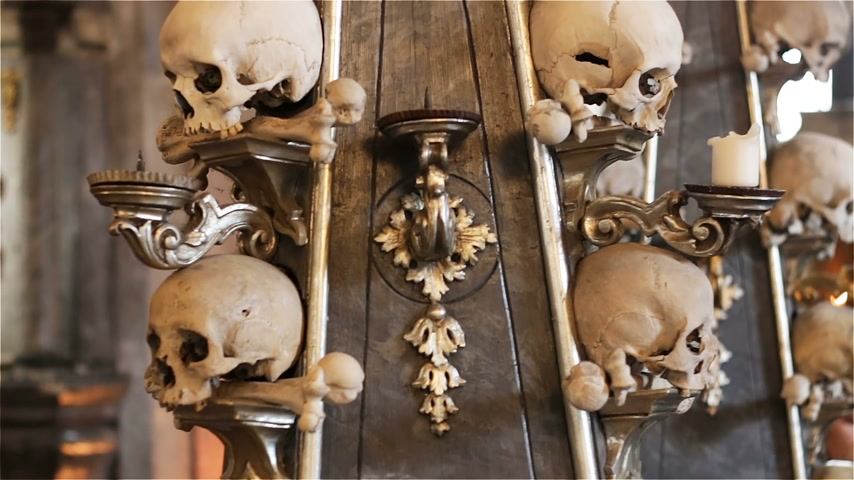 terracota : Czech Republic. Kutna Hora. Skulls and bones in the ossuary in Kutna Hora Stock Footage