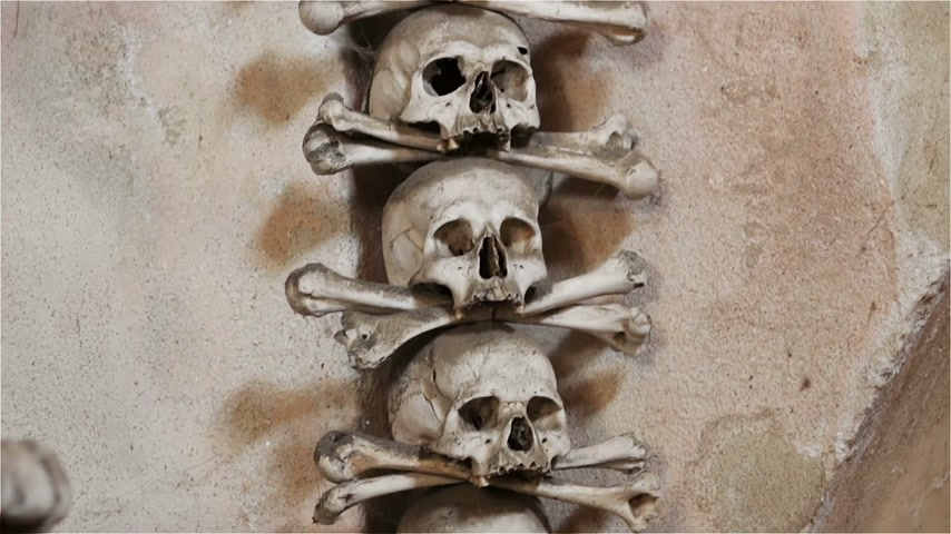 sarcophagus : Czech Republic. Kutna Hora. Skulls and bones in the ossuary in Kutna Hora Stock Footage