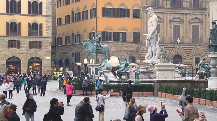 více : Florence, Italy - November 2017: many tourists visiting attractions in the square at the Palazzo Vecchio in Florence