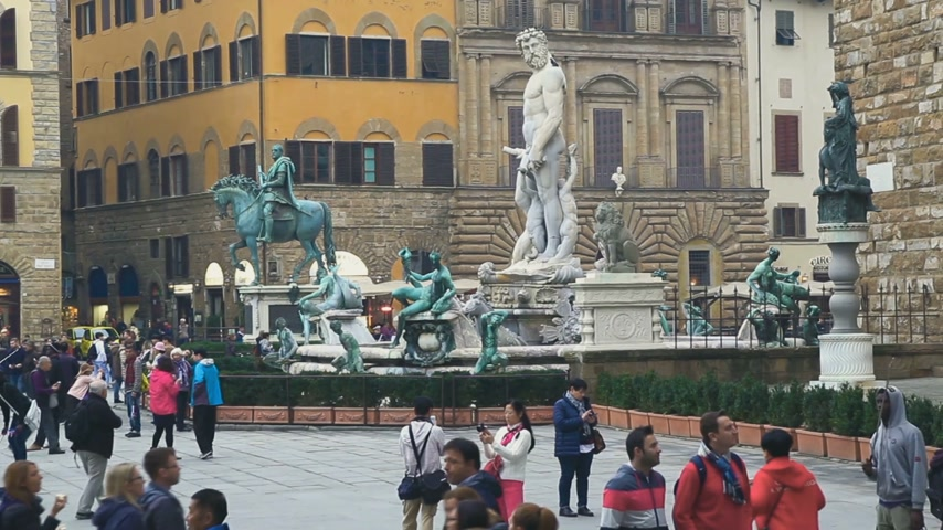 vecchio : Florence, Italy - November 2017: many tourists visiting attractions in the square at the Palazzo Vecchio in Florence