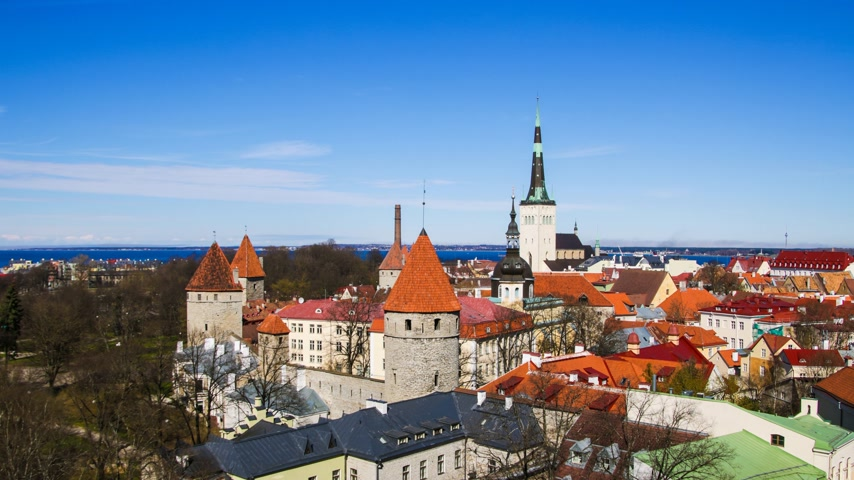 estonya : Beautiful architecture of the old town of Tallinn Estonia. TimeLapse
