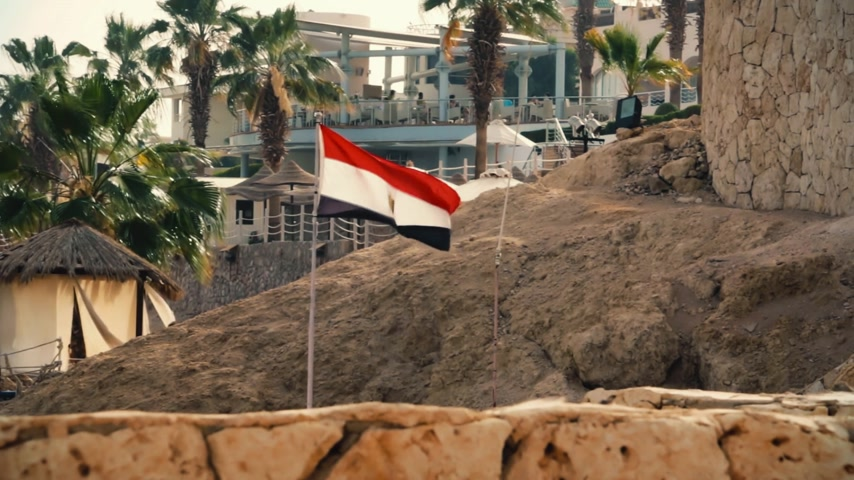 simbolismo : The Egyptian flag is installed in the resort