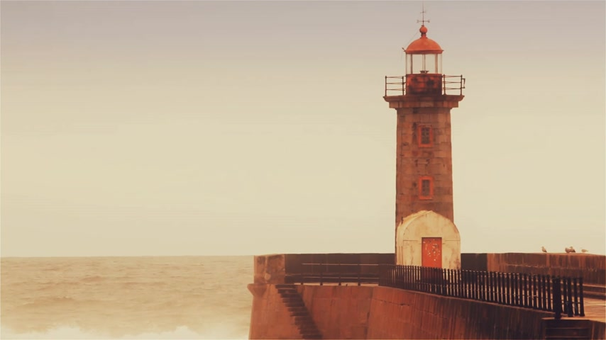 rachotit : Strong waves break about the pier, the lighthouse on the shore of the Atlantic Ocean. Dostupné videozáznamy