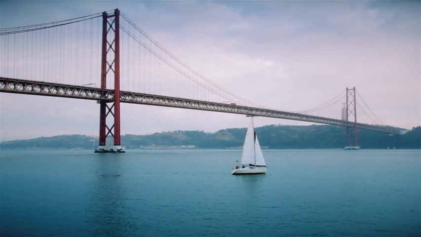 süspansiyon : A nice yacht sails on the river Tagus near the bridge on April 25 in Lisbon