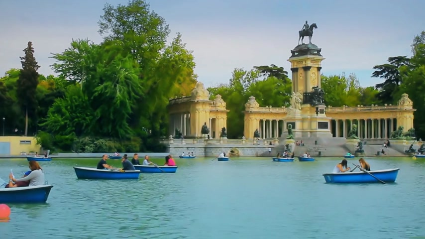мемориал : Madrid, Spain - April 2018: Tourists and townspeople rest and swim in boats. Park Buen Retiro - city park in the center of Madrid Стоковые видеозаписи