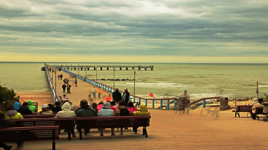 litvanya : Palanga The sea of the bridge. People walk across the bridge to the sea. Sandy coast of the Baltic Sea. Timelapse, frame-by-frame shooting Stok Video