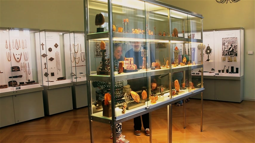 âmbar : Palanga, Lithuania -July 2018: Tourists examine exhibits at the amber museum in Palanga