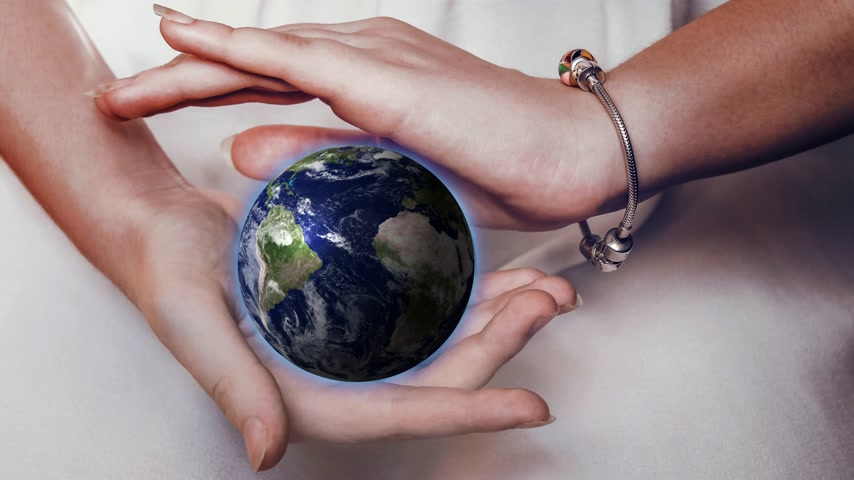 глобализация : Beautiful planet Earth in female hands. Elements of this image provided by NASA