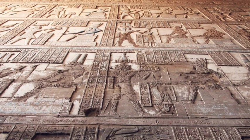 archeologie : Beautiful interior of the Temple of Dendera or the Temple of Hathor. Egypt, Dendera, Ancient Egyptian temple near the city of Ken.