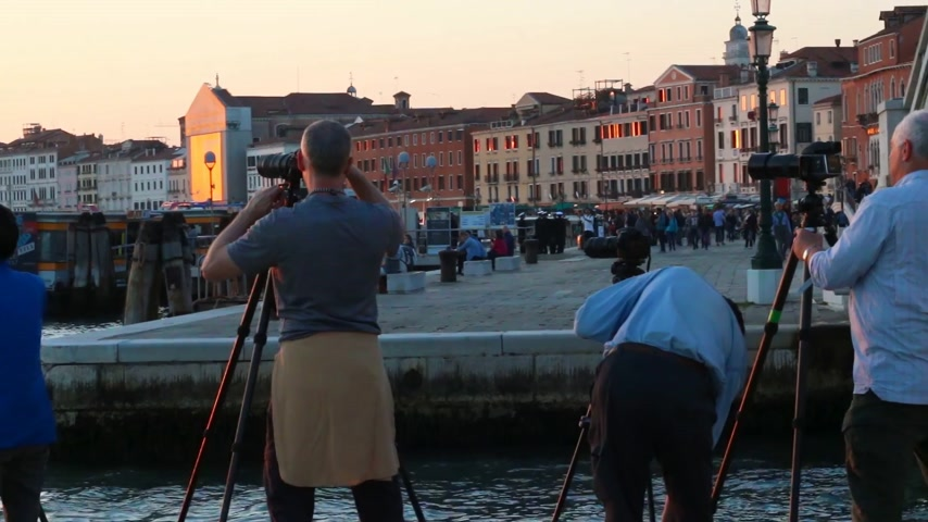 személyszállító hajó : A group of photographers in Venice on the waterfront. Stock mozgókép
