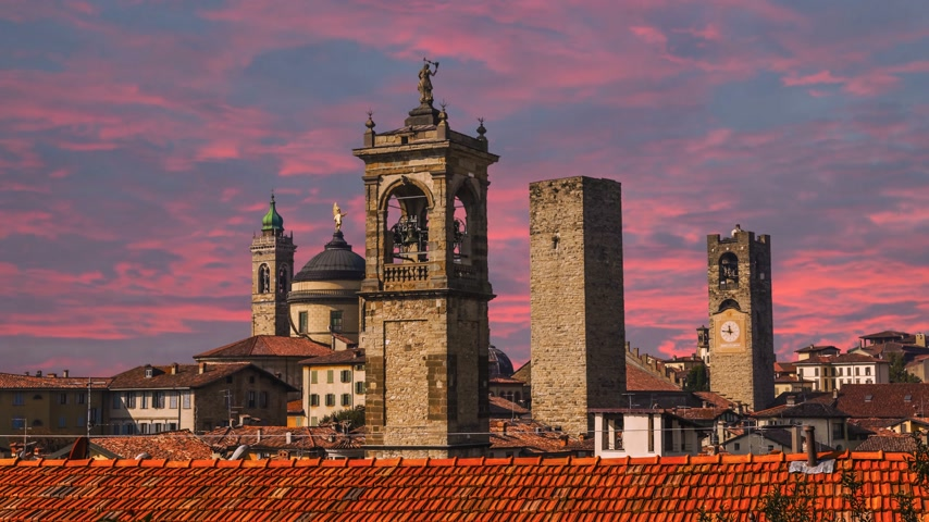 peão : Beautiful architecture of the old city of Bergamo Italy