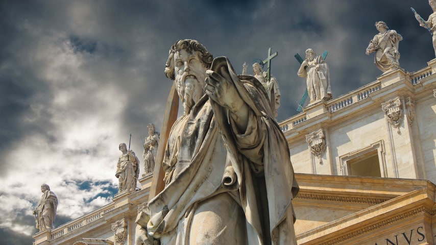Statues adorning the magnificent cathedral of Saint Peter in the Vatican Стоковые видеозаписи