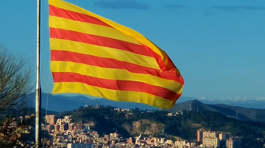 katalán : Flag of Catalonia. Sanyor flies over Barcelona