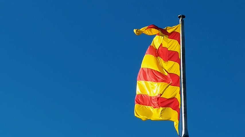 baleár : Flag of Catalonia. Sanyor flies over Barcelona