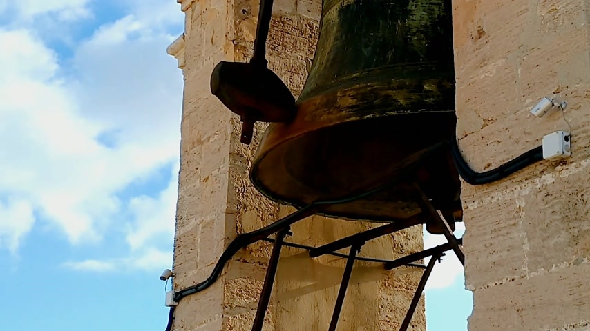 dourado : Loud bells on the tower. Video with sound.