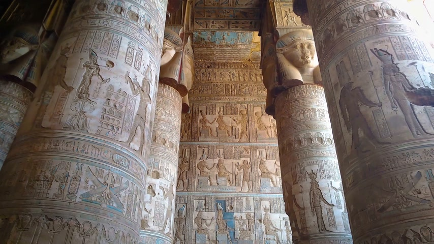 cara : Beautiful interior of the temple of Dendera or the Temple of Hathor. Image of the ancient goddess of the sky Nut on the ceiling of the ancient Egyptian temple. Egypt, Dendera, near the city of Ken.