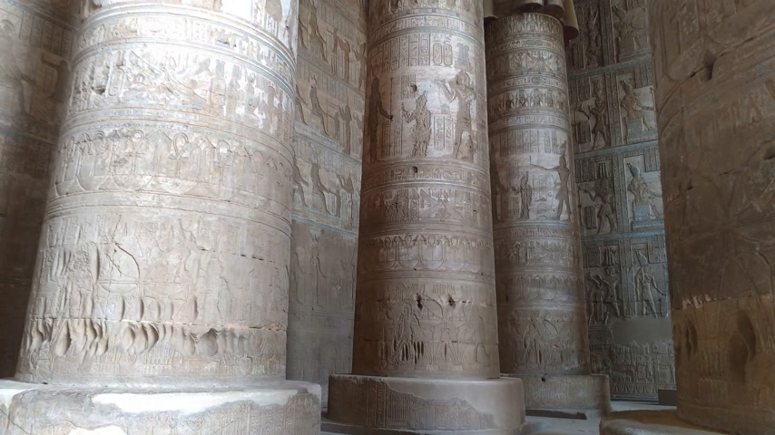 cara : Beautiful interior of the temple of Dendera or the Temple of Hathor. Egypt, Dendera, near the city of Ken.