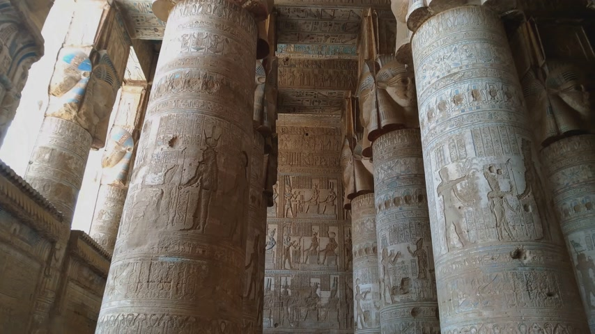 столбцы : Beautiful interior of the temple of Dendera or the Temple of Hathor. Egypt, Dendera, near the city of Ken.