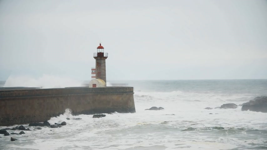 rachotit : Strong waves break about the pier, the lighthouse on the shore of the Atlantic Ocean Dostupné videozáznamy