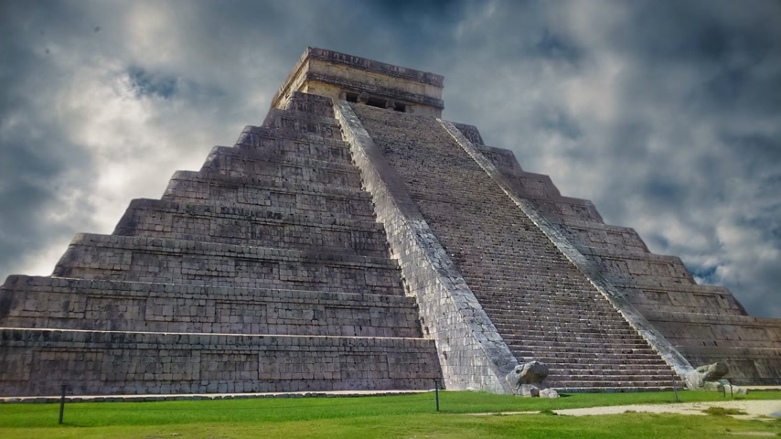 mitolojik : Chichen Itza Maya, Kukulkan Pyramid in Mexico Stok Video