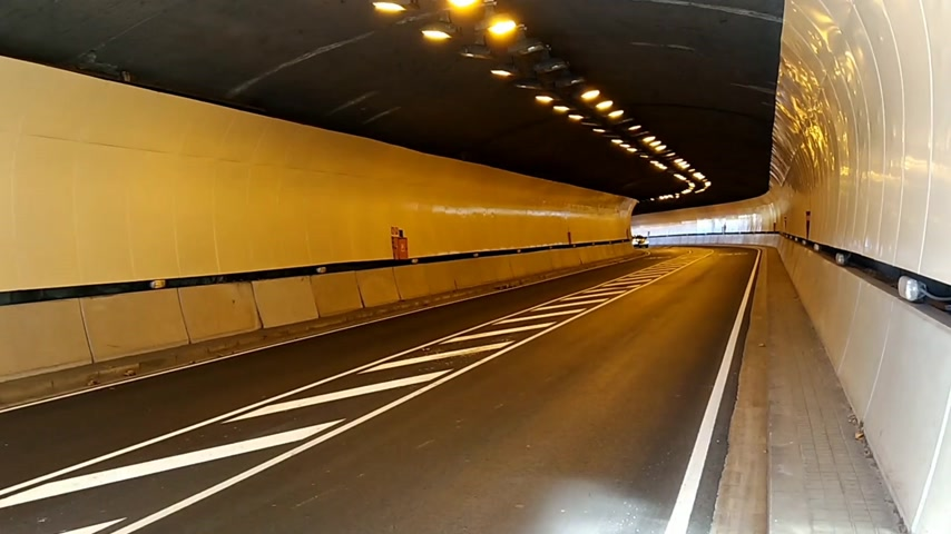perspectiva : Modern car tunnel with good lighting. Highway road Stock Footage