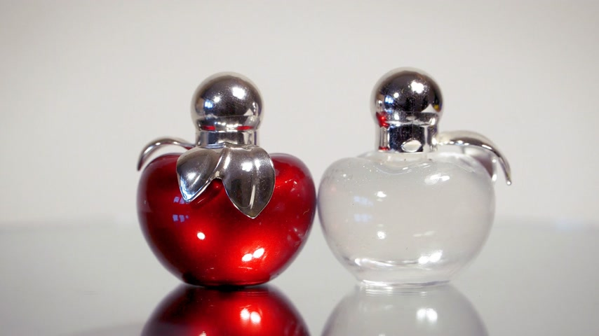 perfumy : Modern glass perfume bottles rotate on white background