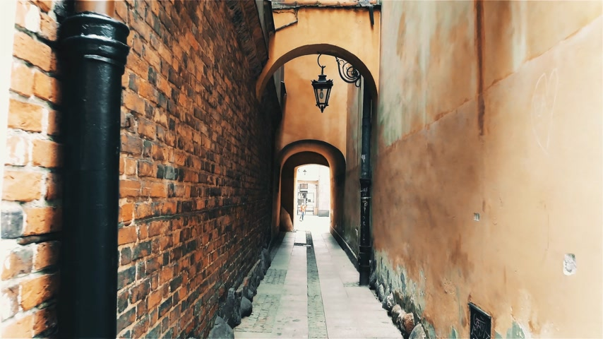 warszawa : Walk along the narrow street in Warsaw, Poland. Wideo