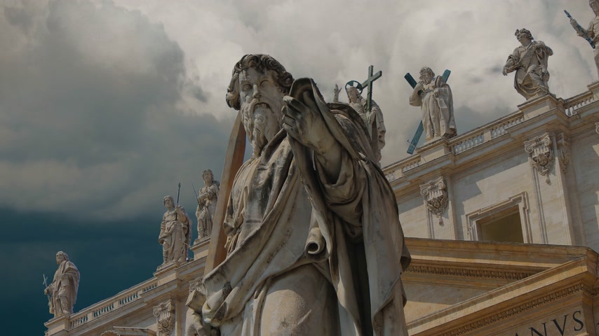 obra prima : Statues adorning the magnificent cathedral of Saint Peter in the Vatican Stock Footage