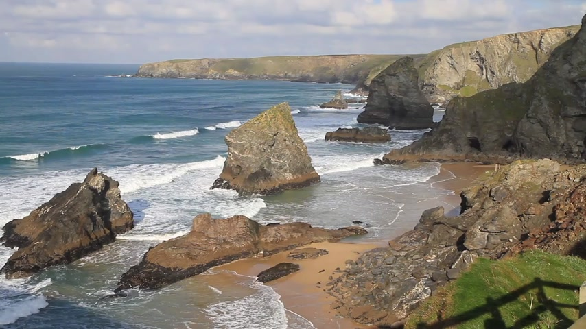kumlu : Bedruthan Steps on the North Cornwall coast between Padstow and Newquay in Cornwall England UK Stok Video
