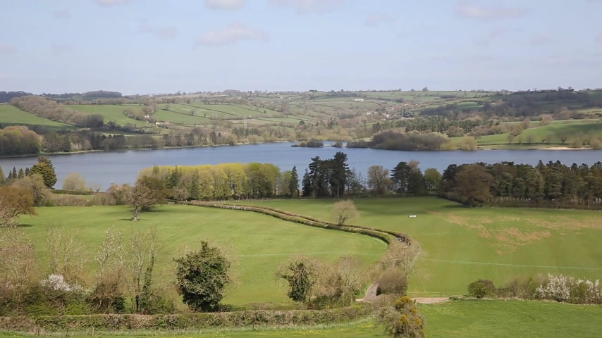 долина : Blagdon Lake Somerset Somerset England UK south of Bristol provides drinking water but also acts as a fishing lake and nature reserve